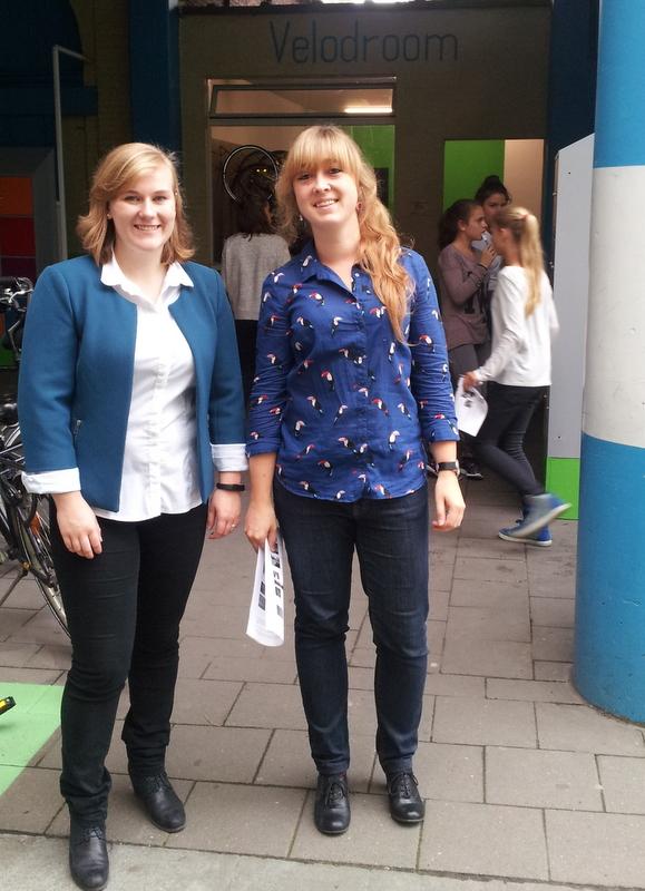 Ook voor leerkrachten Sofie Lamon (l) en Hanna Michotte (r) was alles nieuw